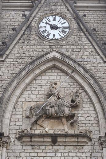 Montbenoit Kirche Ritter und Uhr 01 08.jpg
