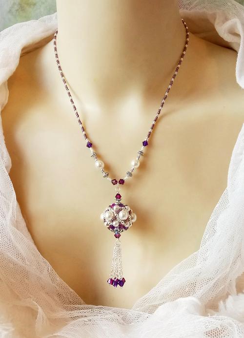 Collier pendentif baroque, blanc crème, mauve et argent, Perle tissée à l'aiguille 24mm, verre nacré Renaissance, cristal de Swarovski et perles Miyuki